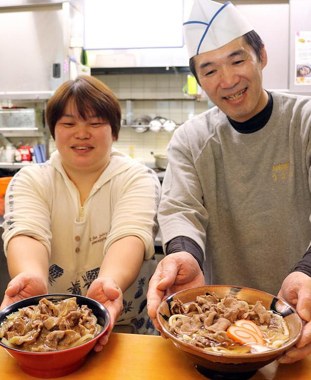 上野さん(右)が考案したイノシシ丼(左手前)とイノシシうどん