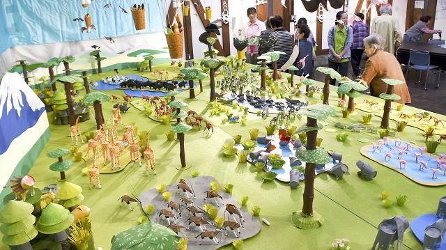 紙コップなどで作った動物がひしめく作品=18日、福井県大野市元町の平成大野屋平蔵