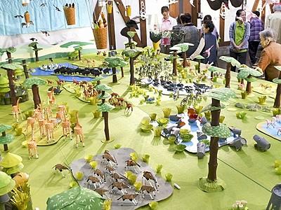 紙製の動物にぎやか150点 大野市、造形作家ら披露
