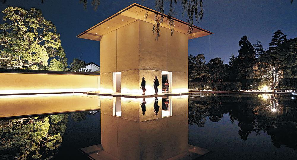 ライトアップされた「水鏡の庭」=金沢市の鈴木大拙館