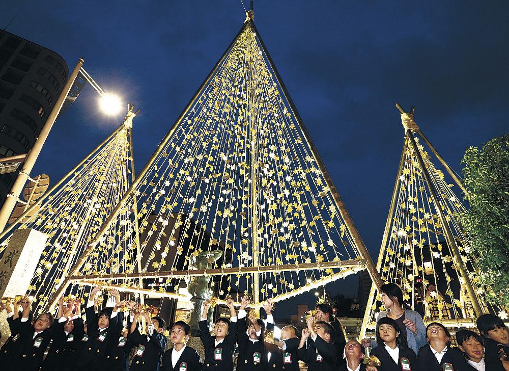 ライトアップされて輝く金箔雪吊り「金箔きらら」=金沢市武蔵町