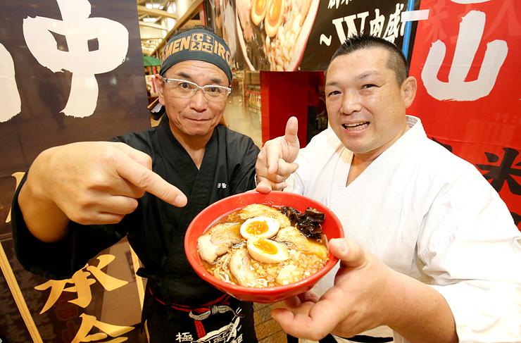 東京ラーメンショーに出品する米麹味噌ラーメンをPRする栗原さん(左)と小路さん=麺家いろはCiC店