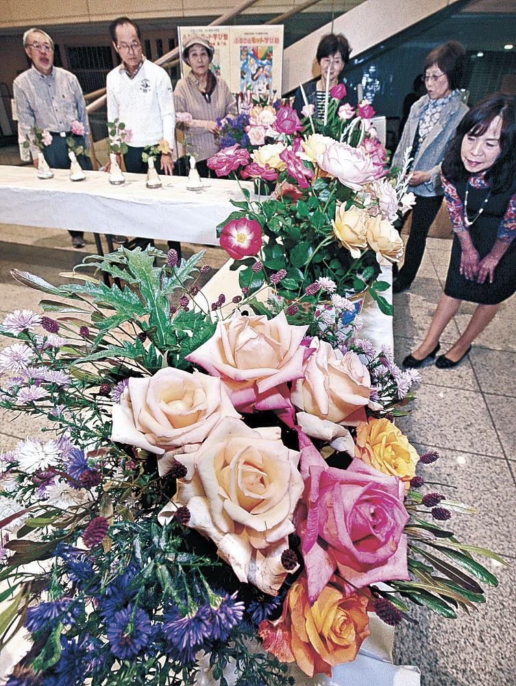 優美なバラに見入る来場者=金沢市の本多の森ホール