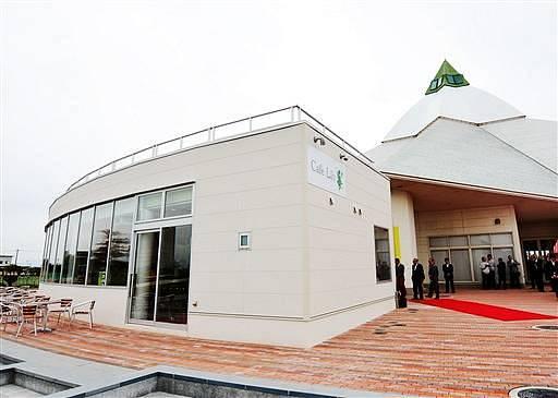 ゆりの里公園内に完成したレストラン「カフェリリー」(左)=21日、福井県坂井市春江町石塚