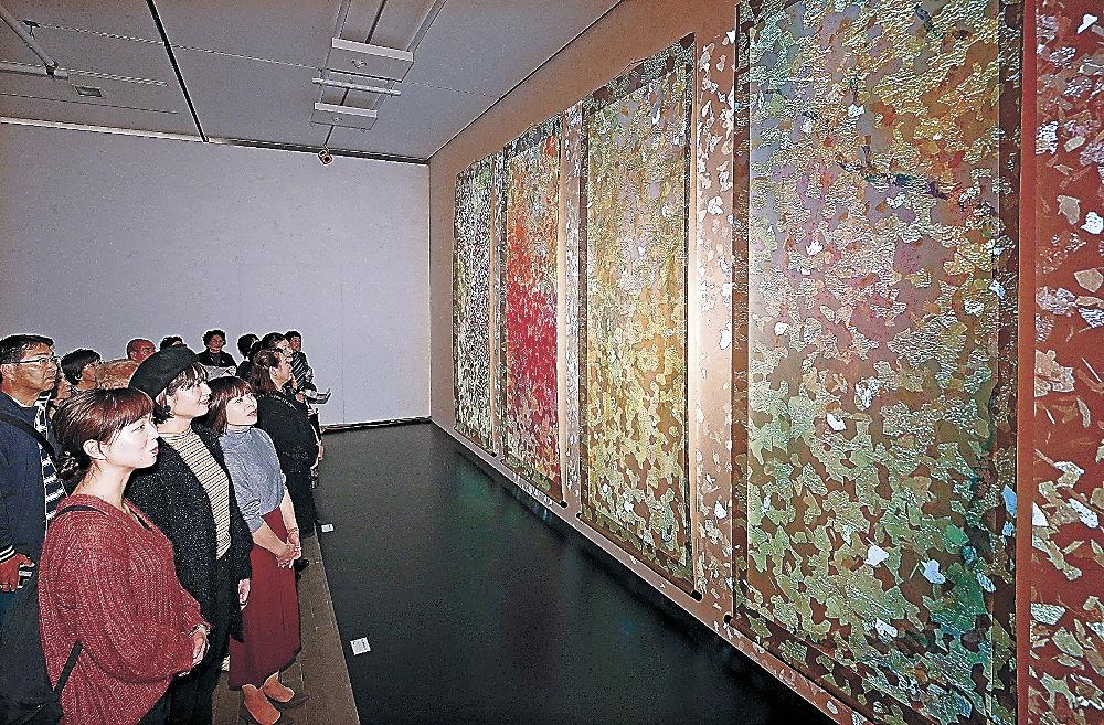 「鶴太郎ワールド」に心を和ませる鑑賞者=金沢21世紀美術館