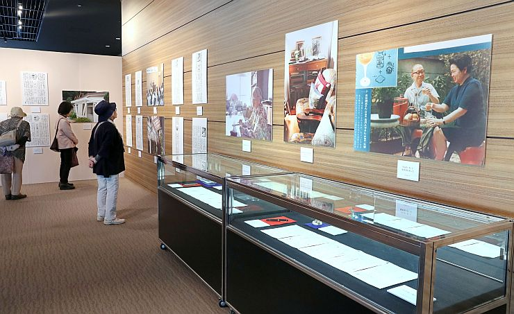 「家事レポート」の50年を記念した吉沢久子さんパネル展=21日、新潟市中央区の新潟日報メディアシップ