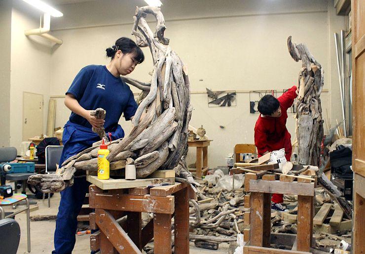 西区アートキャラバンに向け制作に励む新潟大の学生ら=新潟市西区の新潟大五十嵐キャンパス