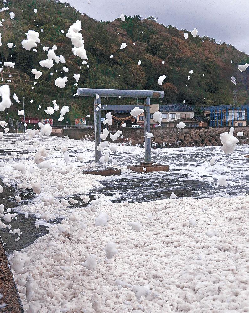 台風21号の吹き返しで舞い上がる「波の花」=輪島市名舟海岸