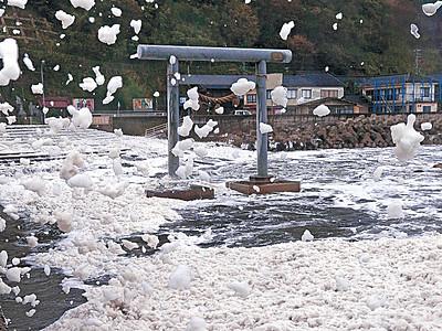輪島で「波の花」発生 台風の吹き返しで