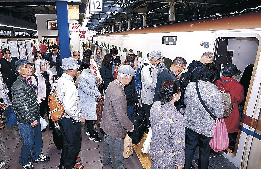 金沢―仙台を直通運転する新幹線に乗り込むツアー客=23日午前7時58分、JR金沢駅