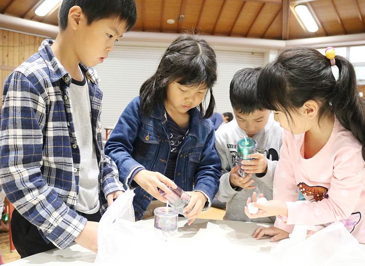 ライトを制作する児童
