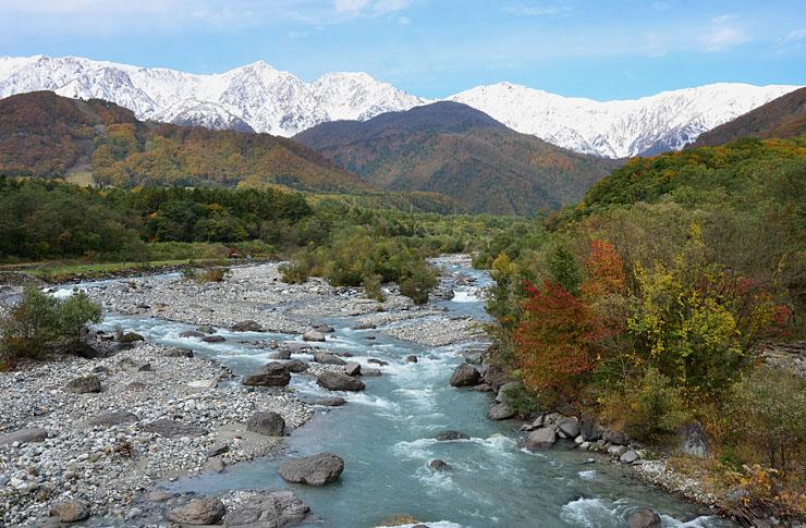 秋晴れの青空の下、雪化粧した姿を見せた白馬連峰=24日午前10時9分、白馬村北城