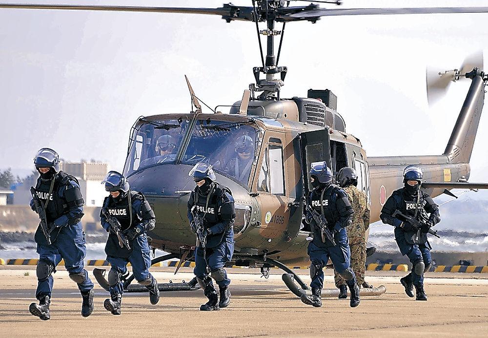 志賀原発へのテロ対策訓練で、陸上自衛隊のヘリコプターで運ばれた警察の機動隊員=24日午後、志賀町