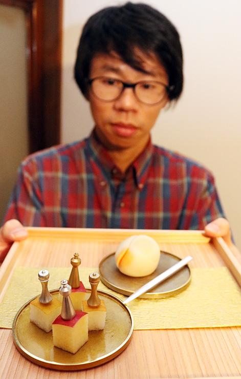 チェスの駒形のピック(手前左)と菓子切り(右奥)