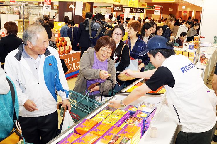 大勢の買い物客でにぎわう大北海道展=富山大和