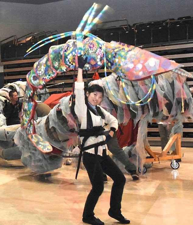 「お客さんも自分も楽しい人形劇に」。人形劇に初めて挑戦するエビ役の杉田さん