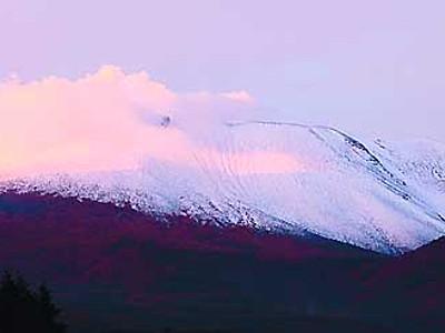 浅間山が雪化粧 平年より3日早く