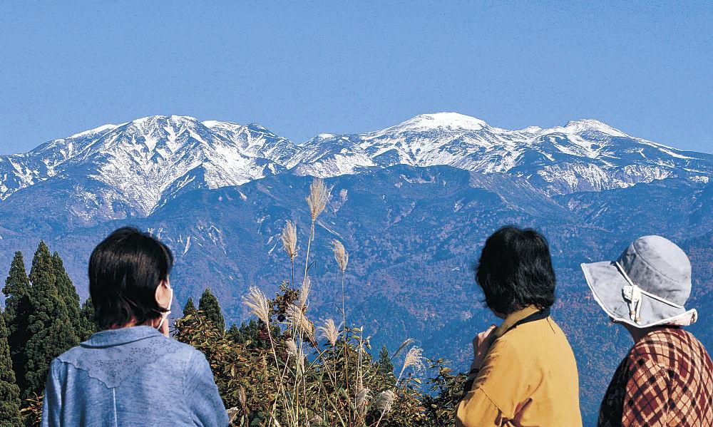 初冠雪が観測された白山=白山市白峰西山から