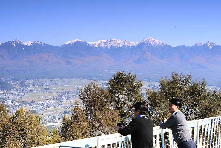 茅野・伊那両市境の杖突峠から望む雪化粧した八ケ岳連峰