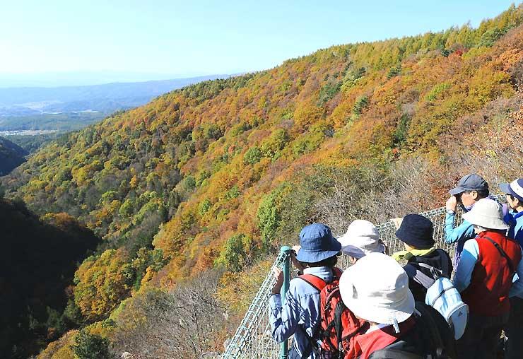 紅葉を目当てに訪れた観光客でにぎわう横谷峡=茅野市の蓼科中央高原