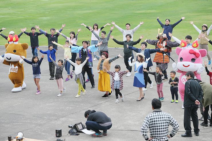 市PR動画撮影で、市イメージソングに合わせて元気に踊る市民ら