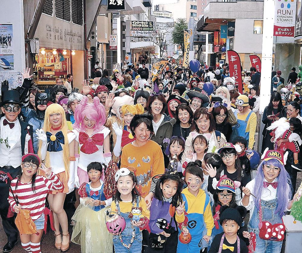 思い思いに仮装してパレードを繰り広げる参加者=金沢市のタテマチストリート