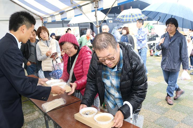 ひときわ人気を集めた大漁鍋を買い求める来場者=氷見市漁業文化交流センター