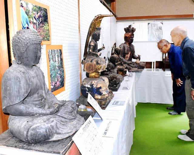 文殊山に伝わる貴重な仏像などが並ぶ特別展=福井市大村町の楞厳寺