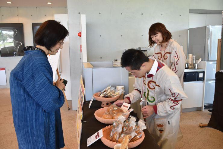 ドングリを使ったお菓子などを販売する「縄文カフェ」=27日、長岡市関原町1の馬高縄文館