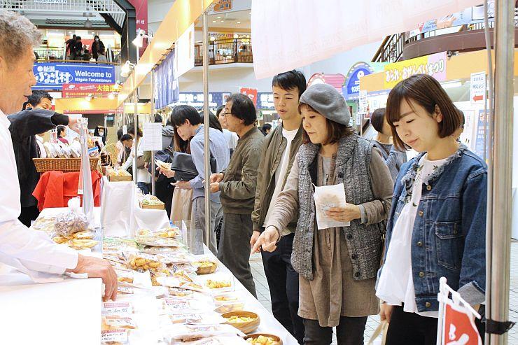 定番の米菓や新作が並ぶあられ・おせんべいまつり=28日、新潟市西区の新潟ふるさと村