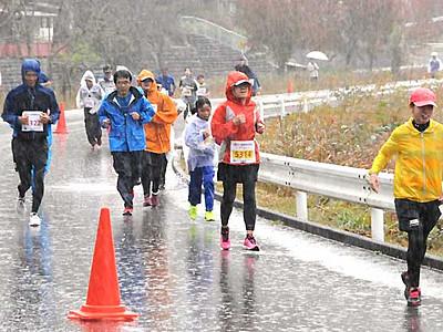 おんたけ湖ハーフマラソン 雨の中、王滝で850人