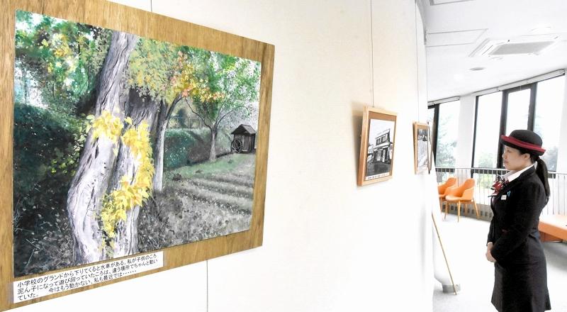 段ボールをキャンバスにした水彩画が並ぶ会場=29日、福井県美浜町の関西電力美浜原子力PRセンター