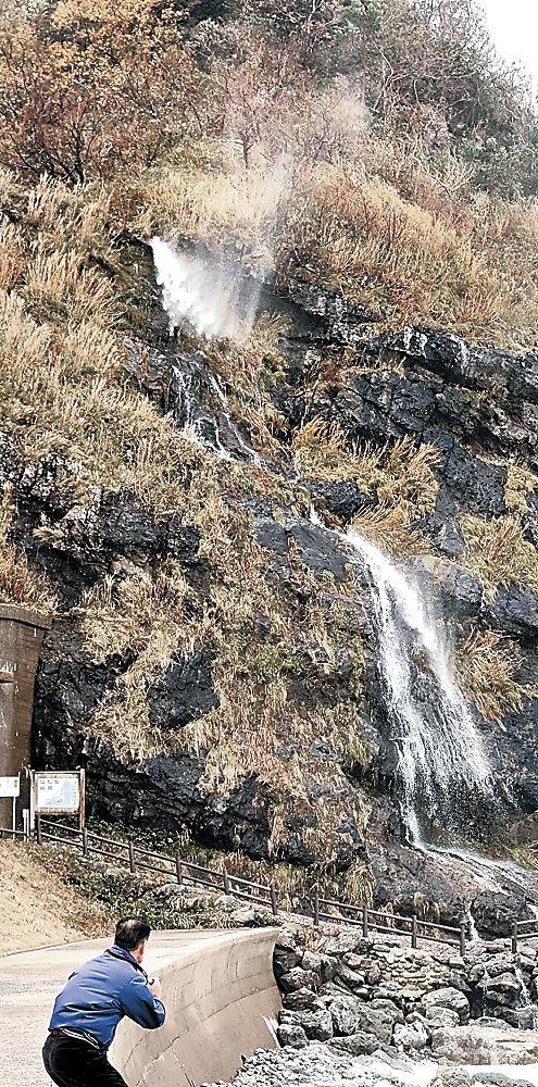 強風にあおられて霧状に吹き上がる垂水の滝=輪島市町野町曽々木