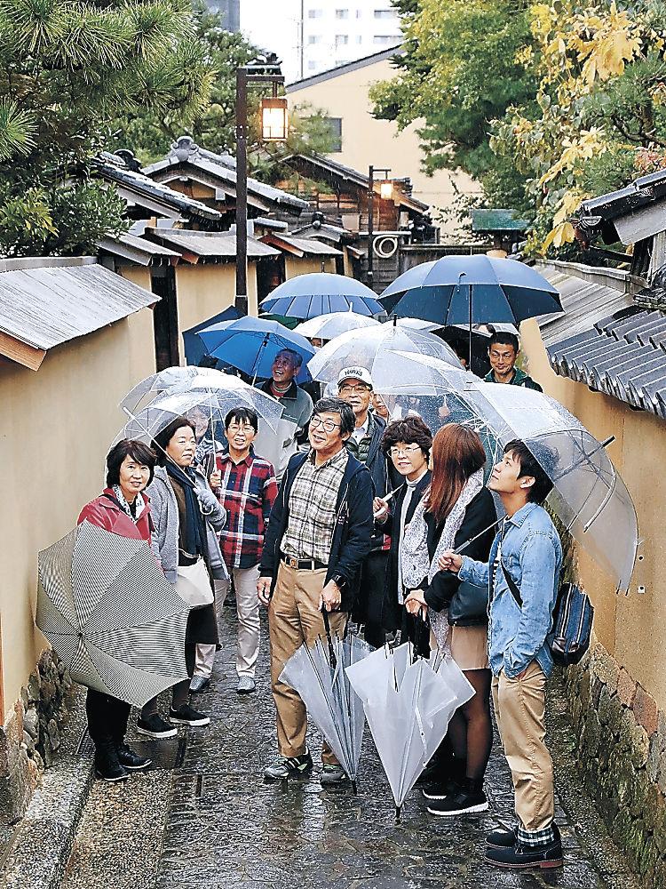 金沢マラソンを終え、ツアーで観光を楽しむ大会参加者=金沢市の長町武家屋敷跡