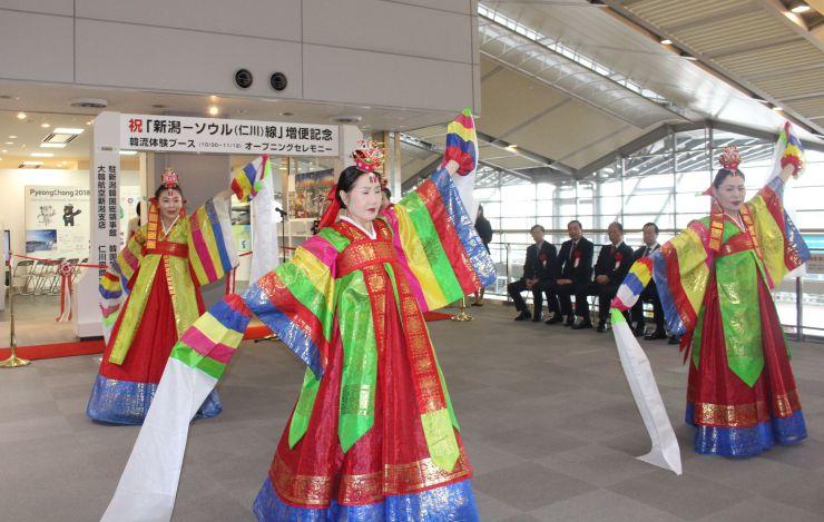 ソウル線の増便に合わせて開かれた記念セレモニー=30日、新潟空港