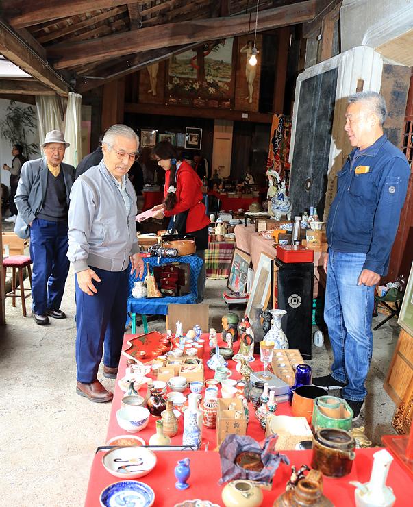 数々の骨董品が並ぶフリーマーケット=旧宮崎酒造