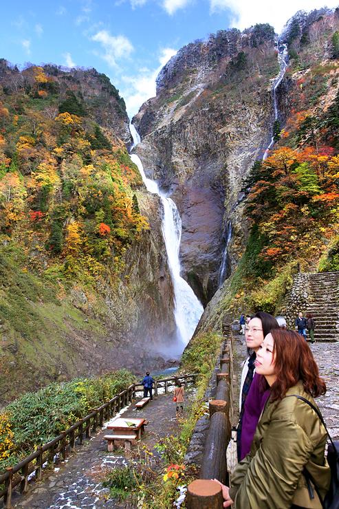 色鮮やかな紅葉と雪で彩られた称名滝=立山町芦峅寺(写真部次長・盛田淳)