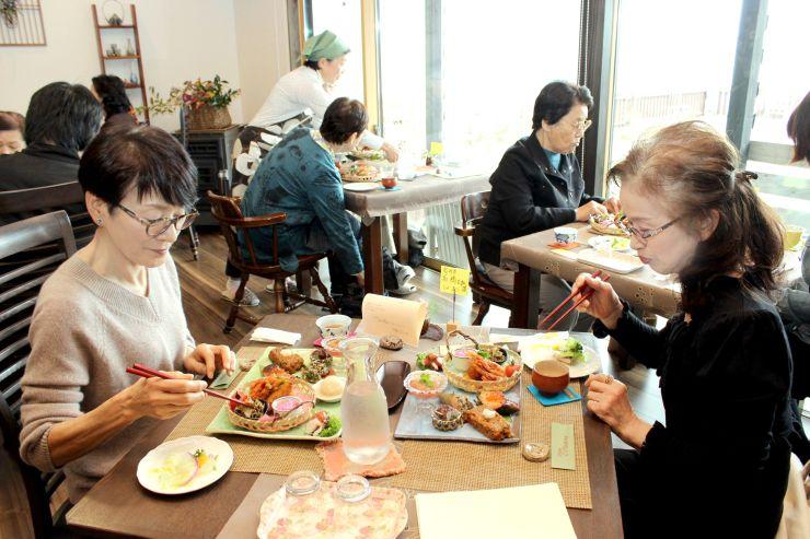 村上・岩船地域の食材を使った料理が振る舞われる「いなかご馳走まつり」=1日、村上市碁石