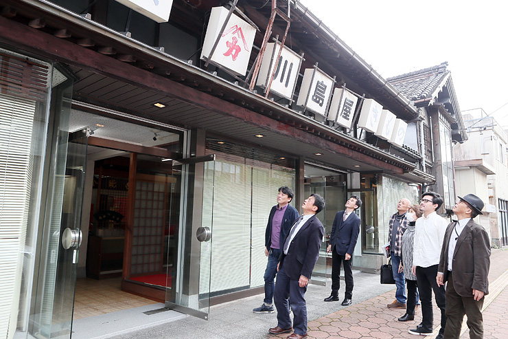 4日のイベントで活用する旧川島屋呉服店を見るメンバーら=小矢部市石動町