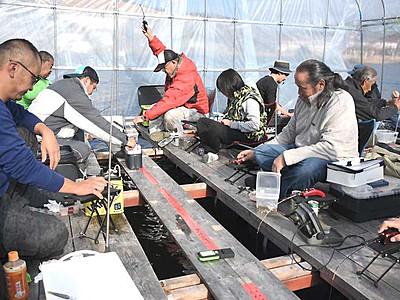 ワカサギ釣りシーズン入り 白樺湖で当たり楽しむ常連客