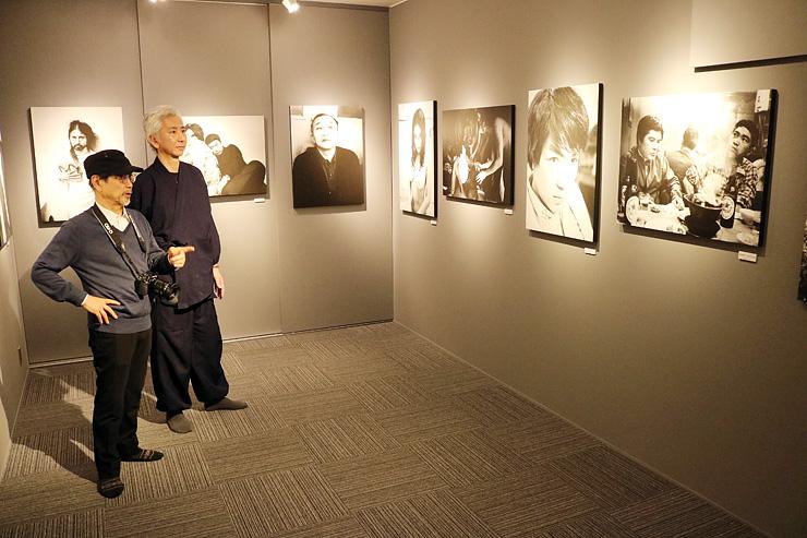 ギャラリーで作品を眺める石黒さん(左)と河上住職