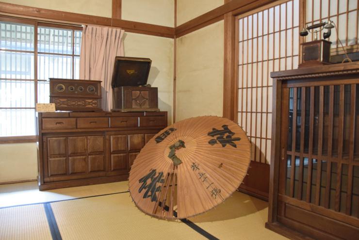 依水館の内部。依田社に関する史料も展示する