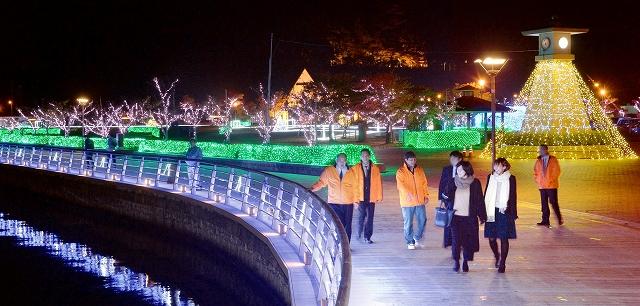 試験点灯され、幻想的な光に包まれた「ミライエ」会場=2日午後8時、福井県敦賀市の金ケ崎緑地