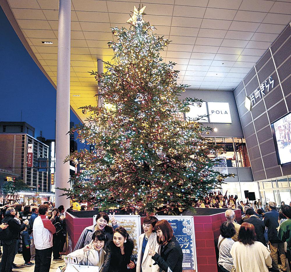 点灯されたクリスマスツリー=金沢市の片町きらら広場