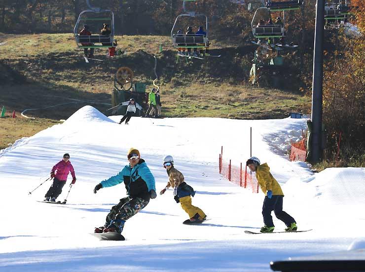 ゲレンデで初滑りを楽しむ人たち=3日午前8時44分、軽井沢町
