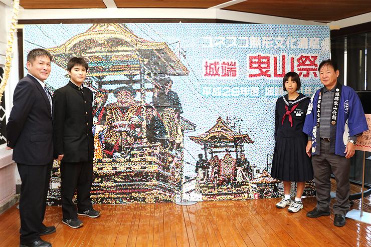 城端中学校の1年生が協力して作り上げた城端曳山祭のモザイクアート=城端曳山会館
