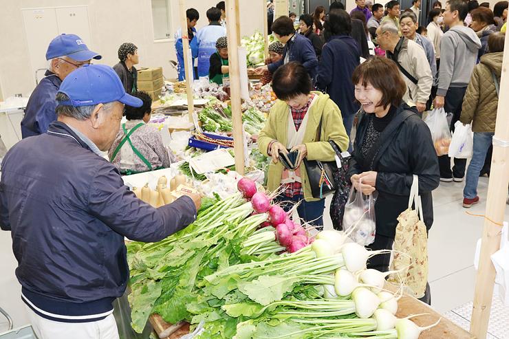旬の野菜を買い求める人たち