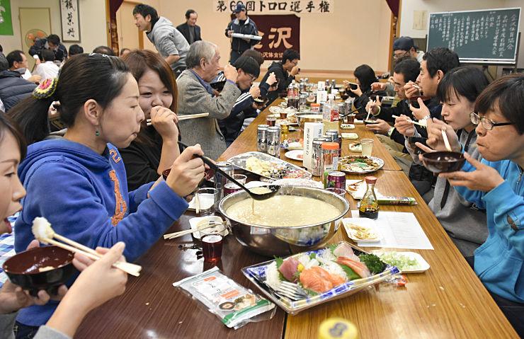 ご飯に好きな量のとろろをかけて頬張る参加者たち