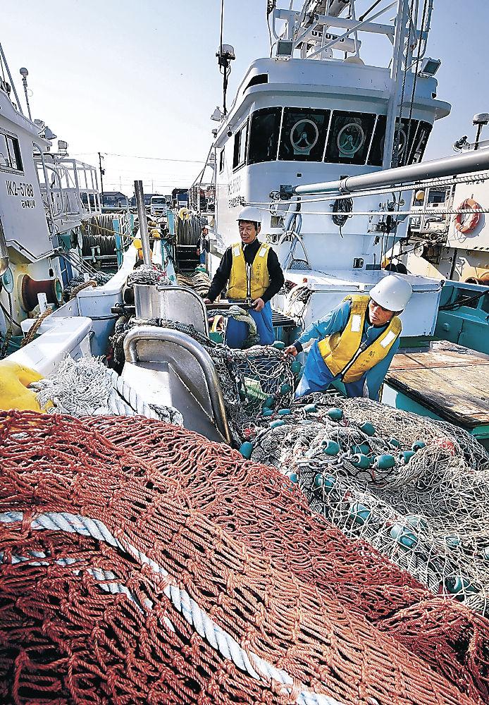 出漁の準備を進める漁師=5日、金沢港