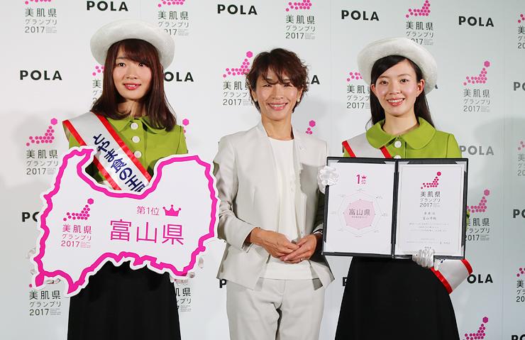 美肌1位となった富山県を代表し、表彰を受けた「とやま食の王国大使 ふふふ」の草島さん(左)と上樂さん(右)=東京都内